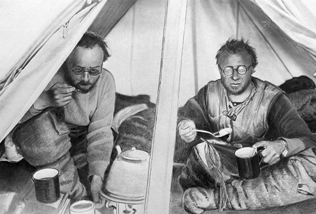 Георгий Ушаков и Николай Урванцев (справа) в палатке во время североземельской экспедиции