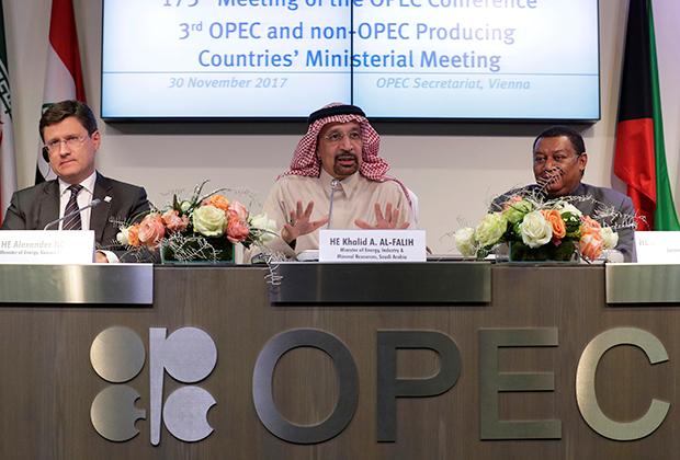 Глава Минэнерго Александр Новак, Министр нефти Саудовской Аравии Халед аль-Фалех и генсек ОПЕК Мохаммед Баркиндо на саммите ОПЕК+