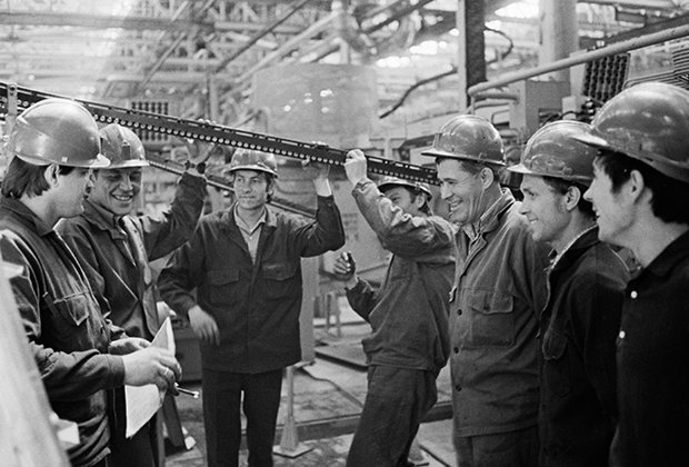 Передовая бригада монтажников на стройке завода «КамАЗ» (1975 год)