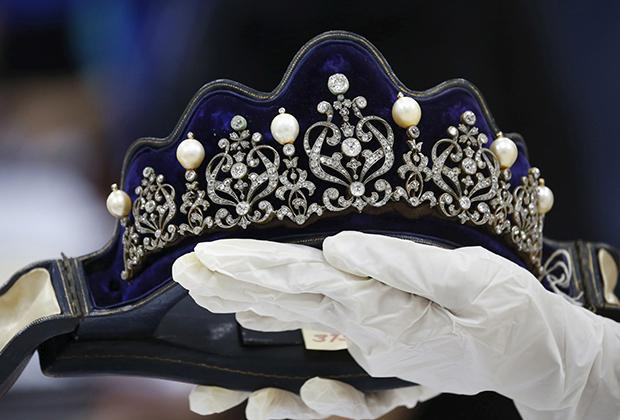 Одно из тысяч украшений бывшей первой леди на аукционе Sotheby's