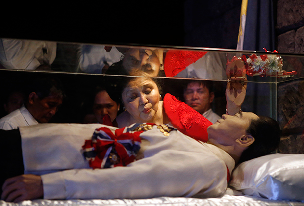 Имельда целует стеклянный гроб своего супруга