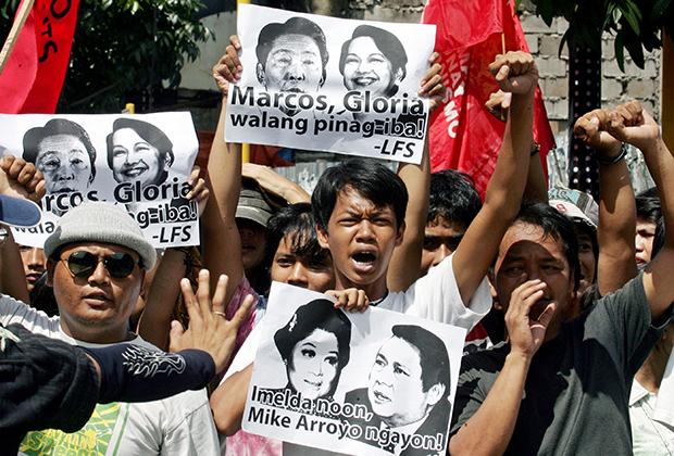 В 2007 году сотни протестующих вышли на улицы филиппинских городов, требуя наказать Имельду Маркос за расточительство