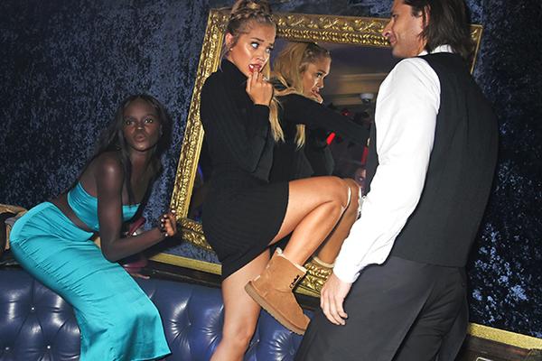 Самая уродливая обувь на свете вновь захватила женские ноги  Стиль ... 8ad4ec5206d80