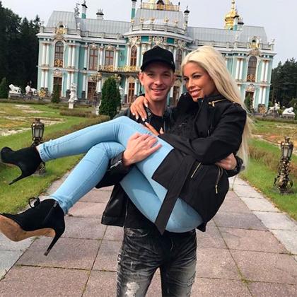 Маркус Дюпри (Алексей Маетный)  показывает жене Бриджит Би (выпускнице барселонской католической школы Лус Абреу) достопримечательности родного Санкт-Петербурга