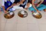 Обед в убежище Rescue Foundation в пригороде Мумбаи —  районе Кандевали. Рацион девушек очень аскетичен. Три раза в сутки — дал бат — гороховая похлебка, рис, овощи и лепешка.