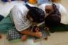 Девушки во время занятий в убежище в Кандевали. Классы состоят из 20-25 человек. Девушек разбивают в зависимости от возраста. Занятия сильно отличаются от обычных школьных — уроки проводятся на полу, без парт и иногда носят очень неформальный характер.