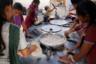 Девушки готовят лепешки роти (мучные лепешки в печи) к обеду. На готовку выделяется смена из 10 человек, которые должны за час приготовить обед на сотню. Новоприбывшим такая скорость не по плечу, поэтому их стараются ставить в пару с более опытными.