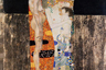 В отношении картин Климта, часто напоминающих иконы из-за обильной позолоты (когда-то в религиозных кругах говорили о кощунственности художника), принято говорить об «ореолах» или «аурах» — световых и цветовых полотнах, окружающих фигуры. Здесь ореол вокруг молодых героинь — ребенка и матери — противопоставлен ореолу пожилой женщины.