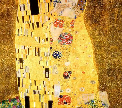 Искусствоведы находят в самой известной картине Климта много эротических подтекстов: например, считается, что прямоугольники на одежде мужчины — сперматозоиды, а «яйцевидные» узоры на платье женщины символизируют плодовитость.