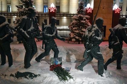 Цветы в память о погибшем летчике майоре Романе Филиппове у здания Минобороны в Москве