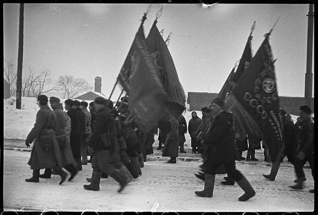 Партизаны, более двух лет воевавшие в тылу у немцев под Ленинградом, возвращаются в освобожденный город. Ленинградский фронт, 1943 год.