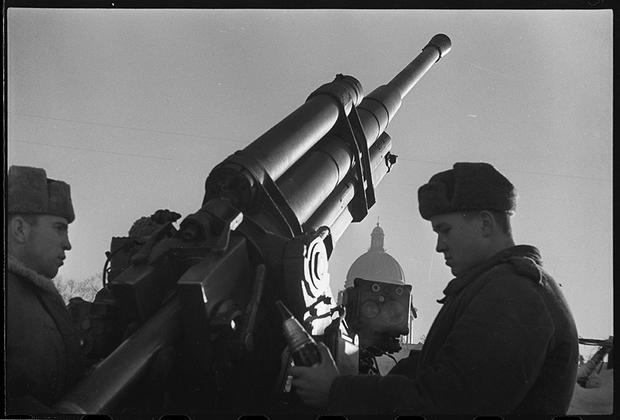 Расчет зенитного орудия сержанта Кочетова ведет огонь по вражеским самолетам. Ленинград, 1944 год.