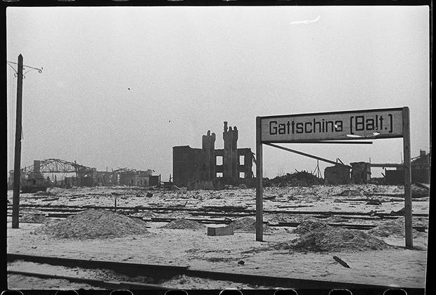 Балтийский вокзал, взорванный и разрушенный немцами. Ленинградский фронт, 1943 год.