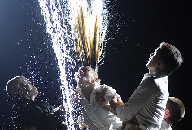 Сцена из спектакля «00:00» в постановке режиссера Кирилла Серебренникова в театре «Гоголь-центр»
