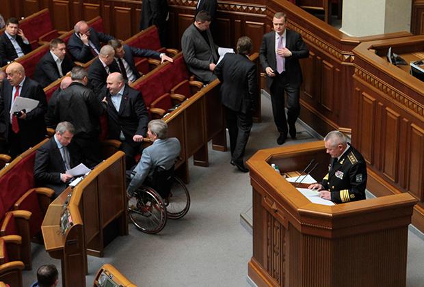 Исполняющий обязанности министра обороны Украины Игорь Тенюх (на трибуне) выступает на заседании Верховной Рады в Киеве