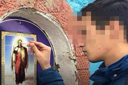 В России задержали затушившего сигарету об икону студента
