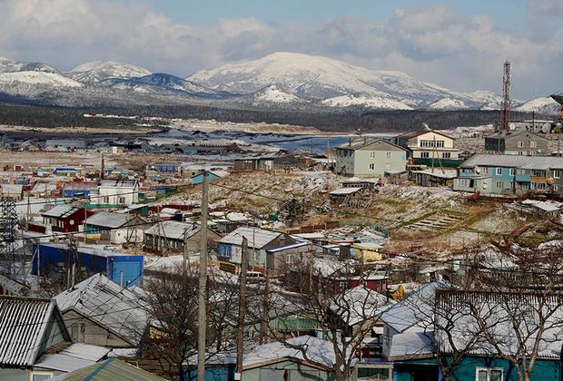 Старая часть Южно-Курильска и так называемая «Орбита». Сегодня район понемногу исчезает, а в прежние времена это место было визитной карточкой Кунашира и красовалось на открытках с Курил.