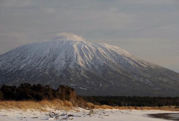 Вулкан Тятя — один из трех красивейших вулканов на планете, его форма считается почти идеально симметричной. Труднодоступность и удаленность от Южно-Курильска (почти 80 километров) сказывается на посещаемости этой достопримечательности: в год на вершину вулкана совершают восхождение чуть более 100человек. <br><br> На языке айнов, коренных жителей острова, вулкан назывался Чача-Напури — «отец-гора». Японцы назвали его Тятя-Дакэ, что объясняет современное название— Тятя. Это один из символов Кунашира — местное население считает его самым красивым вулканом, а его изображение является неофициальным символом Курильских островов. <br><br> Большое извержение вулкана Тятя произошло в 1973 году. Потоки лавы вызвали пожар в Курильском заповеднике.