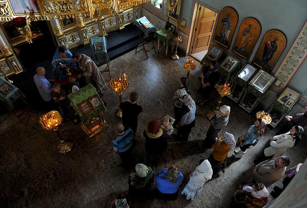 Воскресная служба в православной церкви Святой Троицы Живоначальной в Южно-Курильске.