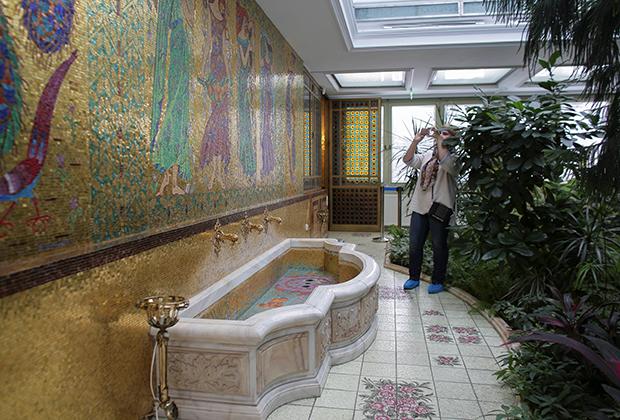 Золотая мозаика с павлинами в одном из помещений дворца.