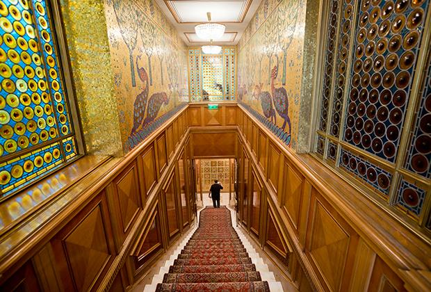 Лестница, украшенная деревянными панелями и мозаикой.