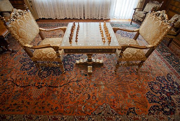 Каждую из них украшали шелковые ковры и дорогая мебель.