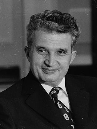 Все учреждения страны украшали портреты Чаушеску в молодости.