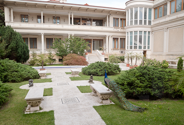 Во Дворце весны, где жила пара, было 80 комнат.