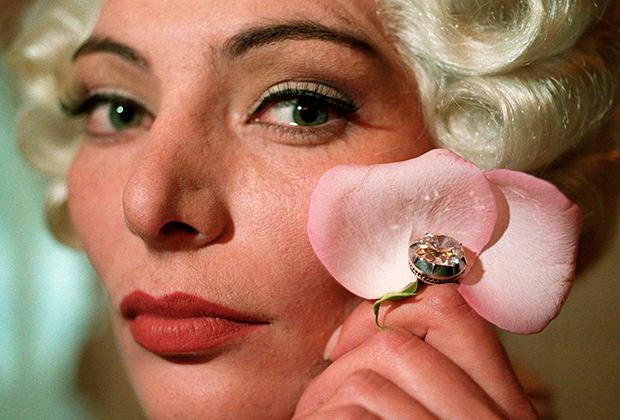 Бриллиант в 12 карат, принадлежавший французской королеве Марии-Антуанетте. Предполагаемая цена - от 500 000 до 1 миллиона долларов