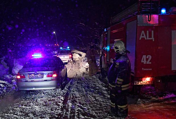 Сотрудники МЧС на месте падения самолет Ан-148 «Саратовских авиалиний»