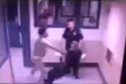 Тюремный охранник проглядел жестокое нападение на товарища
