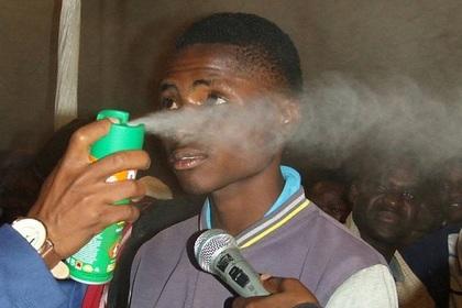 Распыление спрея от комаров в лицо ради лечения от ВИЧ сочли насилием