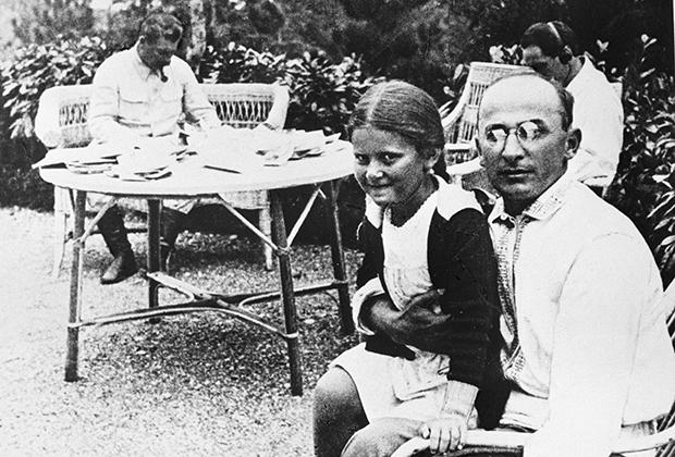 Первый секретарь Закавказского крайкома ВКП(б) Лаврентий Берия с дочерью Иосифа Сталина Светланой на отдыхе. 1934 год