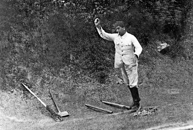 Иосиф Сталин играет в городки на даче. 1933 год