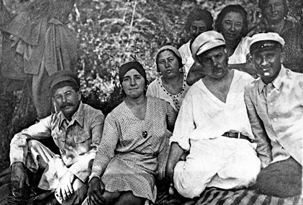 Иосиф Сталин, его жена Надежда Аллилуева, Екатерина Ворошилова и ее муж Климент Ворошилов (слева направо) на отдыхе в Сочи. 1932 год