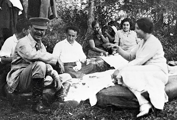 Иосиф Сталин (первый слева) с женой Надеждой Аллилуевой (первая справа) и друзьями на отдыхе. 1921 год