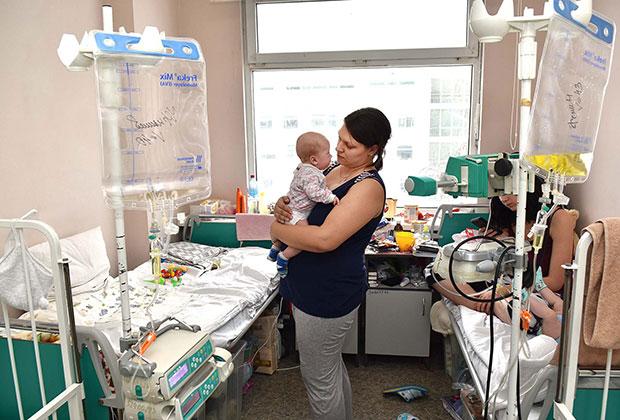 Вся недолгая жизнь малыша пока проходит исключительно в больницах