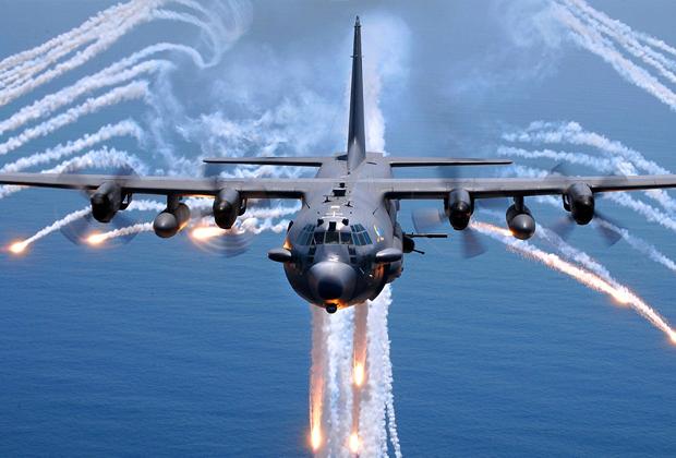 AC-130 после выпуска тепловых ловушек: следы после их активации образуют похожий на ангела силуэт — за это самолет получил прозвище «Ангел смерти». Самолет вооружен бомбами, ракетами и автоматической пушкой калибром 30 мм