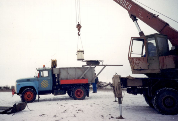 Погрузка контейнера с источником в спецавтомобиль