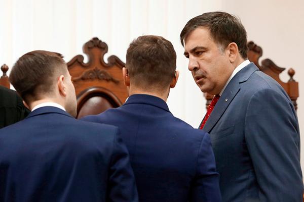 Михаил Саакашвили (справа)