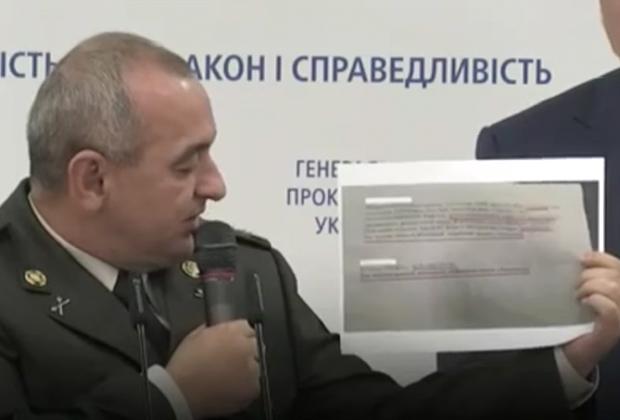 Главный военный прокурор Анатолий Матиос демонстрирует доказательства причастности задержанных на «Квазаре» к финансированию террористов