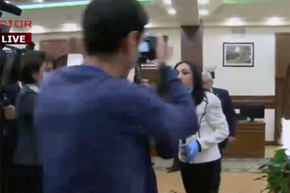 В мэрию Еревана вызвали психиатров и скорую из-за банок с фекалиями