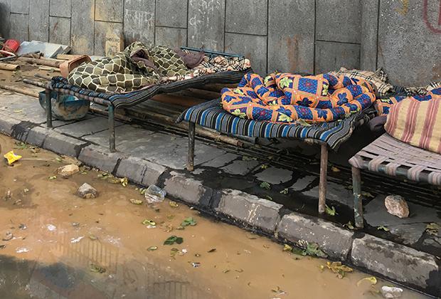 Ночью на улице очень холодно, местные бездомные укутываются в пледы и жгут костры, чтобы согреться