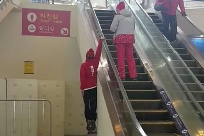 Лыжник одной правой поднялся по эскалатору в Пхенчхане