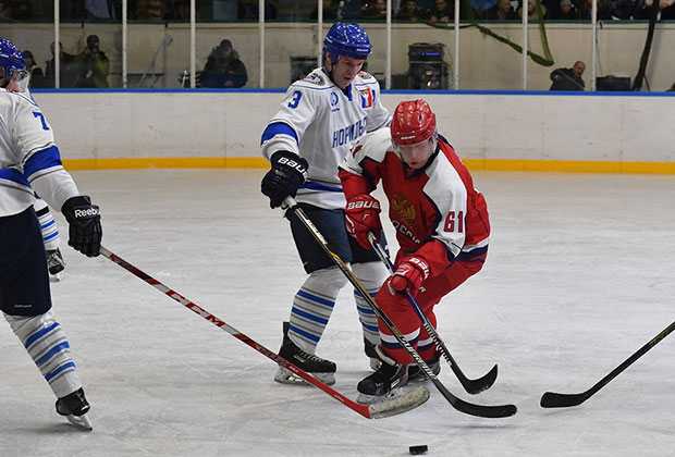 Защитники НХЛ пытаются остановить Владимира Потанина