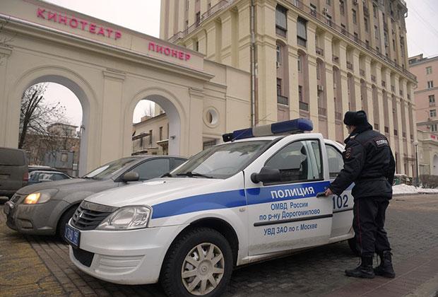Сотрудники полиции у кинотеатра «Пионер», где был показан фильм «Смерть Сталина»
