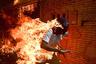 Протесты в столице Венесуэлы, Каракасе, против президента страны Николаса Мадуро переросли в ожесточенные столкновения. На фото — 28-летний протестующий бежит от местного ОМОНа.