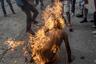В ходе протестов против президента Венесуэлы Николаса Мадуро в Каракасе загорелся демонстрант. Рядом с ним взорвался бензобак полицейского мотоцикла.