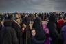 Мирные жители, выжившие после битвы за иракский город Мосул, где на протяжении года коалиционные силы сражались против наступления ИГ (группировка запрещена в России). Люди выстроились за помощью в одном из районов города.     <br> <br>  Фотографии ирландского фотографа Ивора Прикетта, задокументировавшего жуткие будни воюющего Мосула, номинированы сразу в нескольких категориях.
