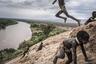 Дети играют в долине реки Омо. Долина Омо включена в список Всемирного наследия ЮНЕСКО.   <br> <br> В регионе проживает около 200 тысяч жителей самых разных этнических групп. В то же время эта область представляет чрезвычайно хрупкую природную среду. Пагубное влияние на экосистему оказывает возведенная тут плотина Gibe III.